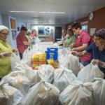 Viikon ruokakasseja jaettiin maanantaina 700 koululaiselle, ilmoittautuminen ruokapalveluun päättyy tänään