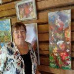 Kaksi väreillä iloittelijaa täytti Laurien tuvan seinät – näyttelykesä pääsee vihdoin alkamaan