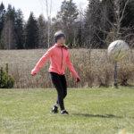 Puuvärit ja jalkapallo aineksina onnelliseen arkeen – orivesiläinen Aino ei kaipaa kouluun, kun voi harrastaa