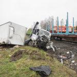 Tavarajuna ruhjoi kuorma-auton – kuljettaja selvisi rytäkästä vammoitta