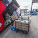 Kaukoliikenteen bussien tavaratilat ovat täynnä paketteja, koska vuoroja on harvennettu