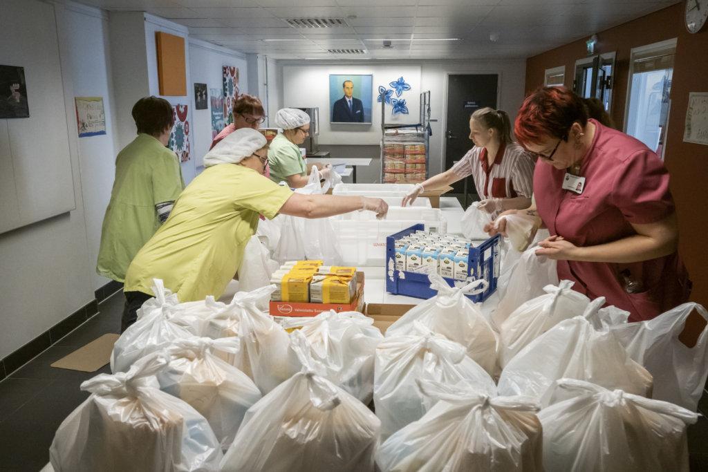 Ruokakassien pakkaamista Kultavuoren koululla