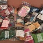Valmiit villasukat tuovat lämpöä ja kiitoksen arvokkaasta työstä – ensimmäiset 20 paria toimitettiin Oriveden terveyskeskukseen