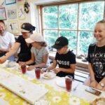 Kolmen metrin kakusta riitti rotkoretkeläisillekin – Koskenjalan kenkä- ja nahkamuseo juhlii viiden vuoden välein varmuuden vuoksi