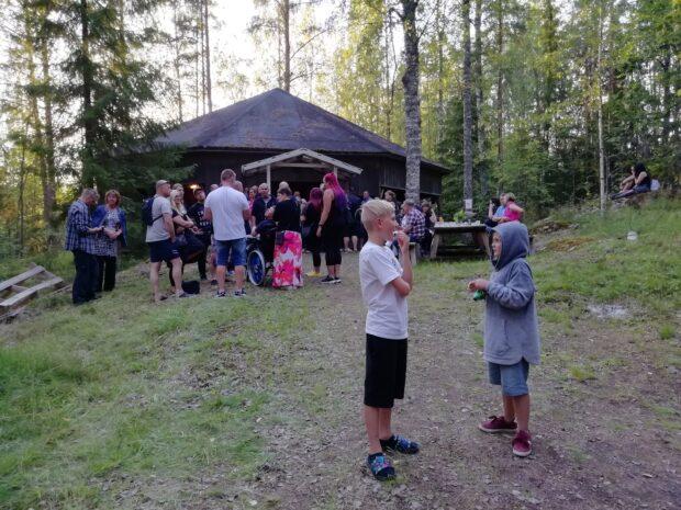 Petsamon lavalle on lähdetty koko perheen voimin. Nuori väki pyörii seassa sujuvasti. Kuva Teija Waaramaa.