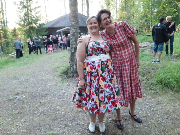 Päijälän naiset Satu Udd ja Ulla Laurila olivat väriläiskiä Petsamon lavan tanssiyleisössä. Kuva: Anne Kotipuro.