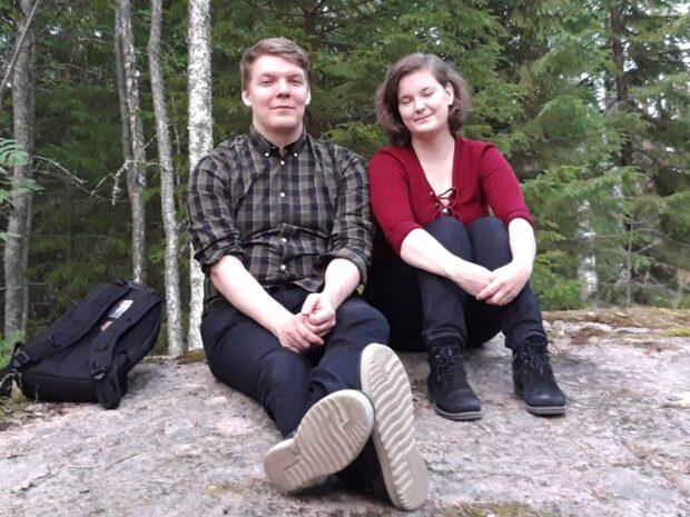Julius Salmi ja Anniina Mäkelä ovat lahtelaisia, mökkeilemässä lähistöllä. He olivat tanssineet alkuillasta oikein urakalla, joten nyt oli mukava aitiopaikalta lavan vierestä kuunnella Jyki bandia. Kuva: Anne Kotipuro.