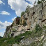 Kiviä kiinnitetään lujemmin kallioleikkaukseen Ysitiellä, Keski-Suomen rajalla