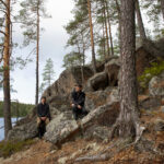 Kuivajärven siimekseen luotu taideteos haastaa retkeilijän miettimään omaa metsäsuhdettaan menemällä juuri metsään