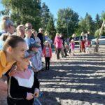 Koulu alkoi lähikontakteja välttäen, ohjeistusta levitetty koteihin Wilman kautta – koulunpihalla tunnelma tutun kihisevä koronatilanteesta riippumatta