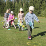 Hirsilän päiväkodin Keppaririehassa vihreälle nurmilavalle nousi myös kolme rap-artistia – keppareilla Hirsilän kentällä mentiin puolestaan laukka-askelin