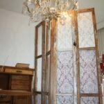 Metsästä löytyneet ikkunat päätyivät Pirjo Jokisen makuuhuoneeseen – niistä tuli huoneeseen tilaa jakava sermi