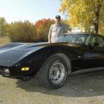 Pikkupoikana rakennettu pienoismalli jäi unohtumattomasti Kari Hirvosen mieleen – nyt miehen tallista löytyy vastaava Corvette, jota hänen ei tarvitse rakentaa alusta asti