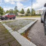 Aihtiantien reunuskiveykset ja istutusalueet aiheuttavat harmia – katualueen uudistamisesta laaditaan suunnitelma