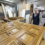Tampereen työväentalon uudet tammiovet kertovat orivesiläisistä käden taidoista