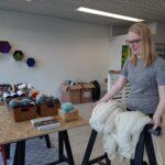 Lankakauppa toteutti himoneulojan unelman – Laura Lehtinen vakuuttaa neulomisen rentouttavan pieninäkin annoksina
