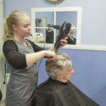 Eräjärvellä pääsee taas hiustenleikkuuseen – Marjo Liukkonen otti parturi-kampaajan palkkalistoille