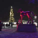Orivarsa sai sukat jalkaansa Oriveden Joulunavauksessa – vielä viikonlopun ajan puistossa loistavat myös värit