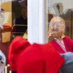 Eskarin tontut toivat jouluiloa Juupakodin asukkaille