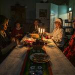 Harmoni, kuusi ja Enkeli taivaan – katso video Vihasjärven kansakoulun joulutunnelmista