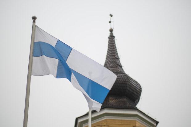 Suomen lippu ja kellotapuli