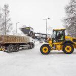 Lumitilat täynnä keskustan kadunvarsilla – nyt tarvitaan malttia ja varovaisuutta suojateillä