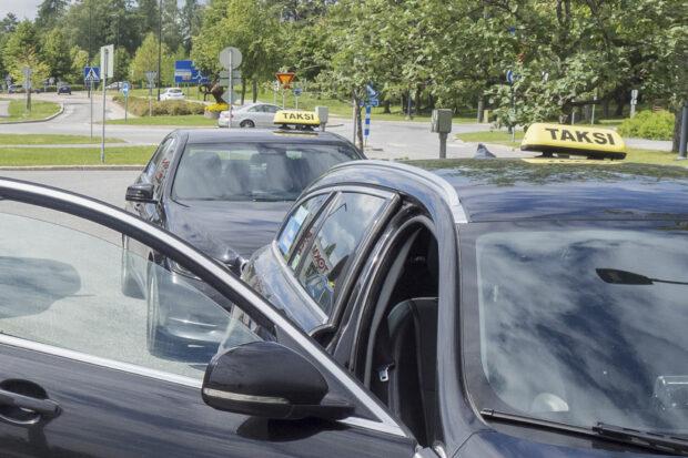Länkipohjan esiopetusryhmä yhdistetään Hallin esiopetusryhmään esioppilaiden vähäisen määrän vuoksi. Kuvan taksiautot eivät liity juttuun. Arkistokuva: Juha Jäntti.