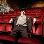 Tampereen Komediateatterille historiallinen 30-vuotisjuhlaesitys: Levätkää rauhassa, komisario Palmu nähdään näytelmänä ennen Harlinin elokuvaa