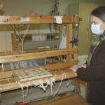 Kudontakurssilaisten koronatauko päättynee pian – Katri Sikiö pitää tärkeänä, että myös loimen luominen tulee kutojille tutuksi