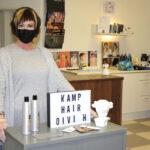 Kolmesta aivoinfarktista selvinnyt parturi-kampaaja Oivi Heino haluaa työskennellä vielä 10 vuotta – koronapandemian vuoksi hän tekee nyt töitä vain kahtena päivänä viikossa