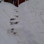 Kaksi kolmesta hoitaa lumityöt käsipelillä, useimmille mukavaa, reipasta kuntoilua – entäs jos yllättäisit naapuriavulla?