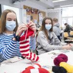 """""""Nuorten taidot kyllä riittävät"""" – opettaja vakuuttaa villasukkien olevan mainettaan helpompi projekti"""