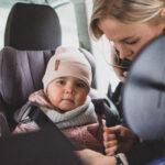"""Suositukset ja käytäntö eivät aina kohtaa, kun puhutaan lapsen turvallisesta automatkustamisesta: """"Suomessa turvalaitteista luovutaan liian aikaisin"""""""