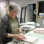 Pirkko Itkonen palasi tutun työkoneen äärelle – Oriveden Sanomien sidottu vuosikertakokoelma on nyt täydellinen