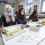 Seinämaalaus muotoutuu Jukka Tilsan lempeistä viivoista ja kahdeksasluokkalaisten kehittelemistä sarjakuva-aineksista
