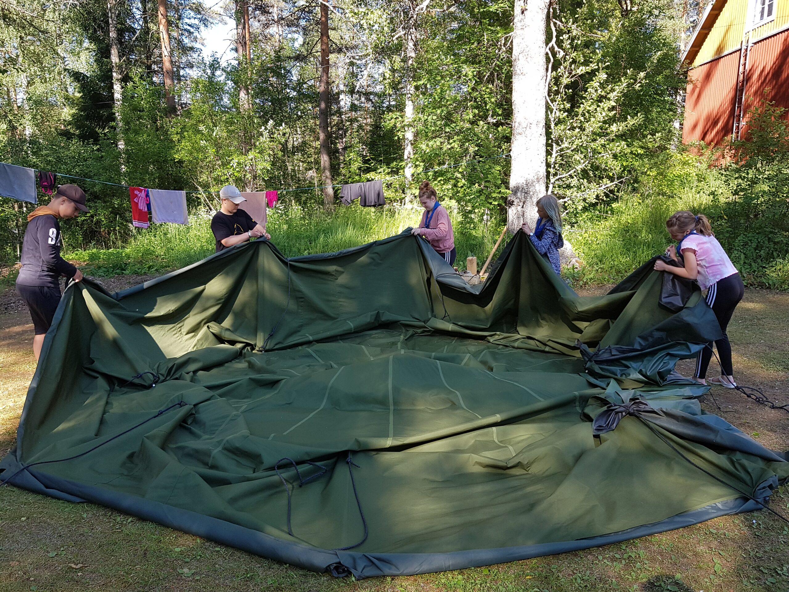 Juupajoen Eräpartiossa opetetaan erilaisia erätaitoja, kuten teltan kasaamista. Kuva: Emmi Pajunen.