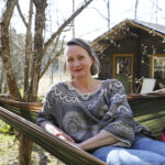 """""""Nyt olen saanut varmuuden, että paikkani on korvessa"""" – piilopirtti metsän syleilyssä mahdollistaa Tanja Merosen haaveileman """"kaksoiselämän"""""""
