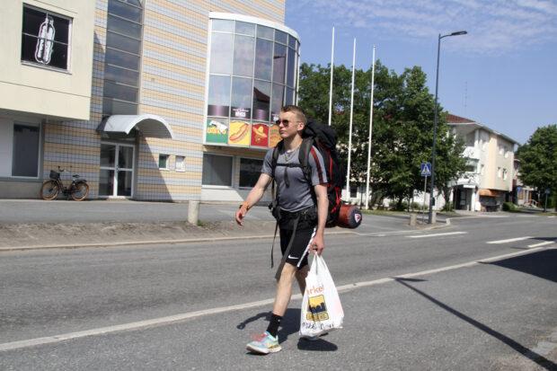 Aleksi Kareinen kävelee tänä kesänä Suomen eteläpäädystä maan pohjoisimpaan kolkkaan asti. Kuva: Markus Puolakanaho