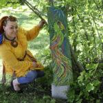 """""""Se oli siitä hetkestä selvä juttu"""" – Miia Sirénin värikkäät ja iloiset taideteokset elävöittävät Ekyn edessä olevaa puistoa"""