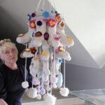 Tiina Anttila teki näyttelyyn suuren villasukkataideteoksen Marttojen avustuksella – taiteilija teki uraa 18 vuotta Yhdysvalloissa kellon ympäri