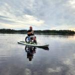Aleksi Kirjonen kannustaa ihmisiä toteuttamaan unelmiaan – kokeili SUP-lautailua pyörätuolin kanssa Orivedellä