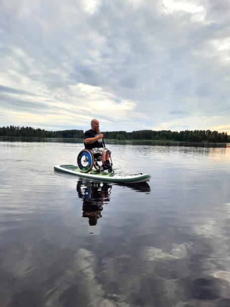 Aleksi Kareinen suppailemassa pyörätuolin kanssa. Kuva: Aleksi Kareinen