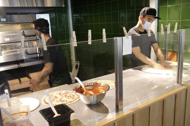 Oriveden Kotipizzan yrittäjät Mahmoud Ahmazi (vas.) ja Javad Mirzaee tekevät pizzoja. Kuva: Markus Puolakanaho