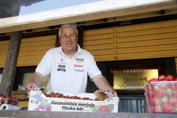 Pekka Tuhkanen myymässä mansikoita. Kuva: Markus Puolakanaho