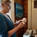 Nukketaiteilijan on oltava moniosaaja – pelkästään pään valmistus vaatii lukuisia työvaiheita