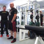Salilla ei haittaa ryppyinenkään ulkokuori – Länkipohjan voimamiesten tavoitteena on pitää lihaskunto hyvänä rautaa nostamalla