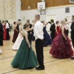 Wanhat saivat vihdoin tanssinsa – ajankohdan siirto ei tanssiaskelien muistamiseen vaikuttanut