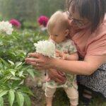 """Liisa Välilä vauvan päivän tunnelmissa: """"Sukupolvien välisen kuilun umpeen kurominen vaatii avointa keskustelua 2020-luvun lapsiperhearjesta"""""""