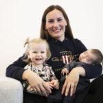 """Eeva Viitanen palasi kunnanjohtajan työhönsä Oskari-vauvan ollessa kolmikuinen – """"On hienoa, ettei minun tarvitse valita perheen ja työn välillä"""""""