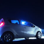 Vanhojen lisävalojen siirto uuteen autoon voi johtaa liian kovaan valotehoon – Kaukovalojen referenssiluku saa olla tasan sata